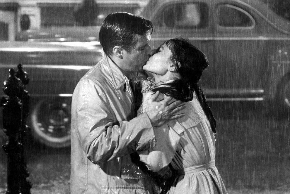 Il bacio di Holly e Paul (Colazione da Tiffany) sotto la pioggia.