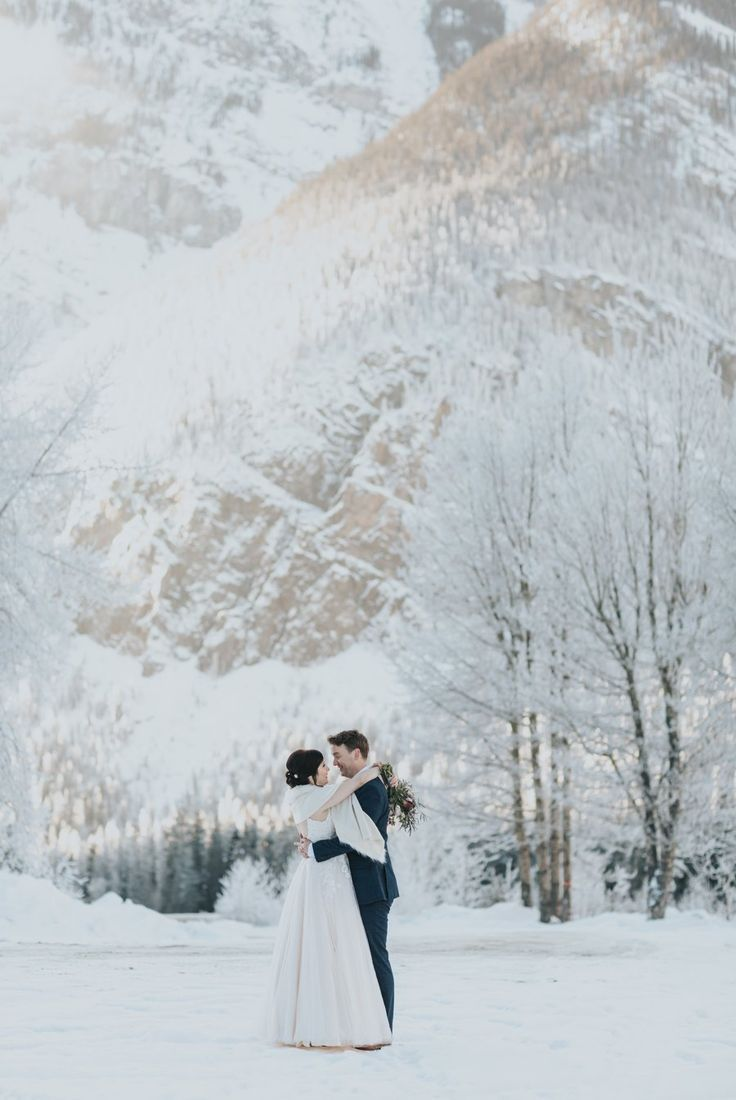 Photo of Emerald Lake Lodge Winter Elopement |  Ceremonia de cilantro en el lago