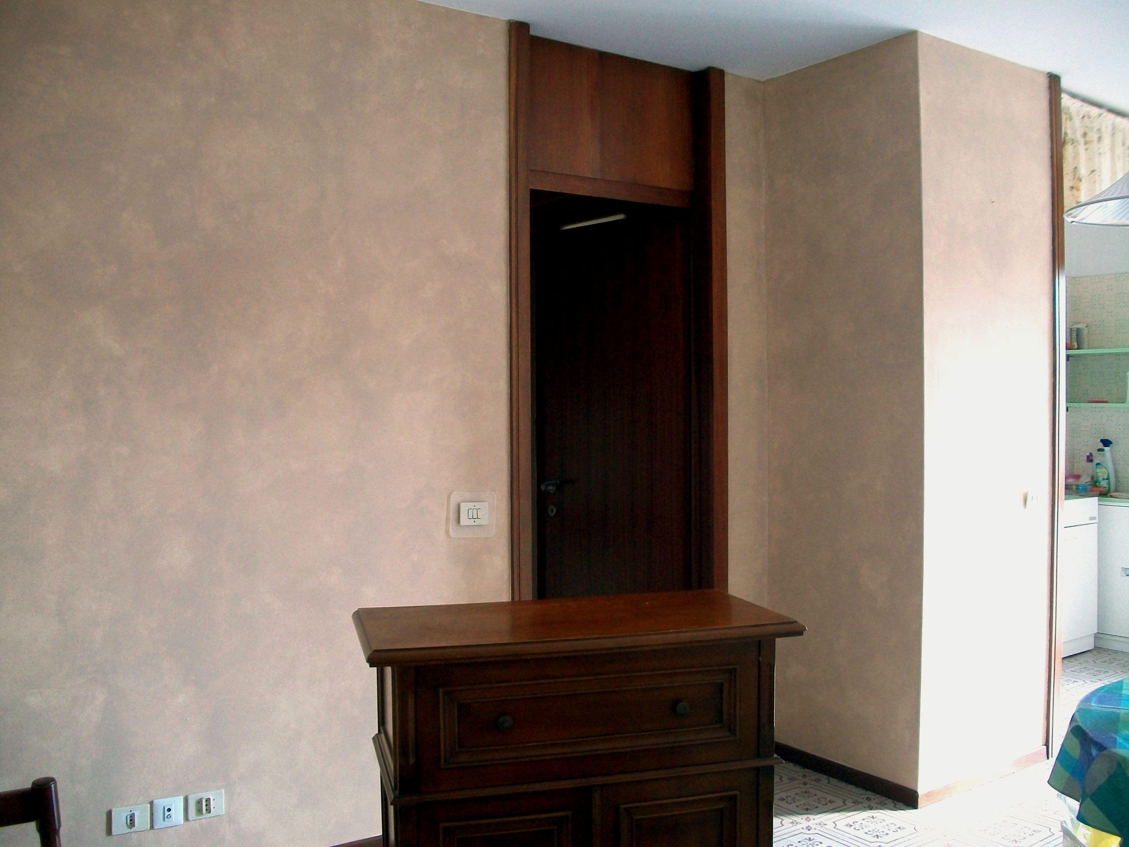 Parete nord soggiorno decorazione effetto spugnato for Pareti effetto spugnato