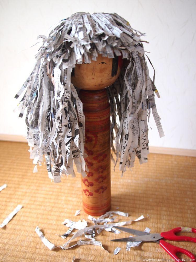 The Cardboard Collective - peluca con papel de periódico y base de cartón
