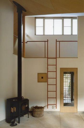 薪ストーブを置くときは、重量や熱に耐えられるように、床や壁を石材などにする必要があります。土間なら薪ストーブを据える場所に最適。リビング直結や吹き抜けにすることで、家全体を暖めることができます。