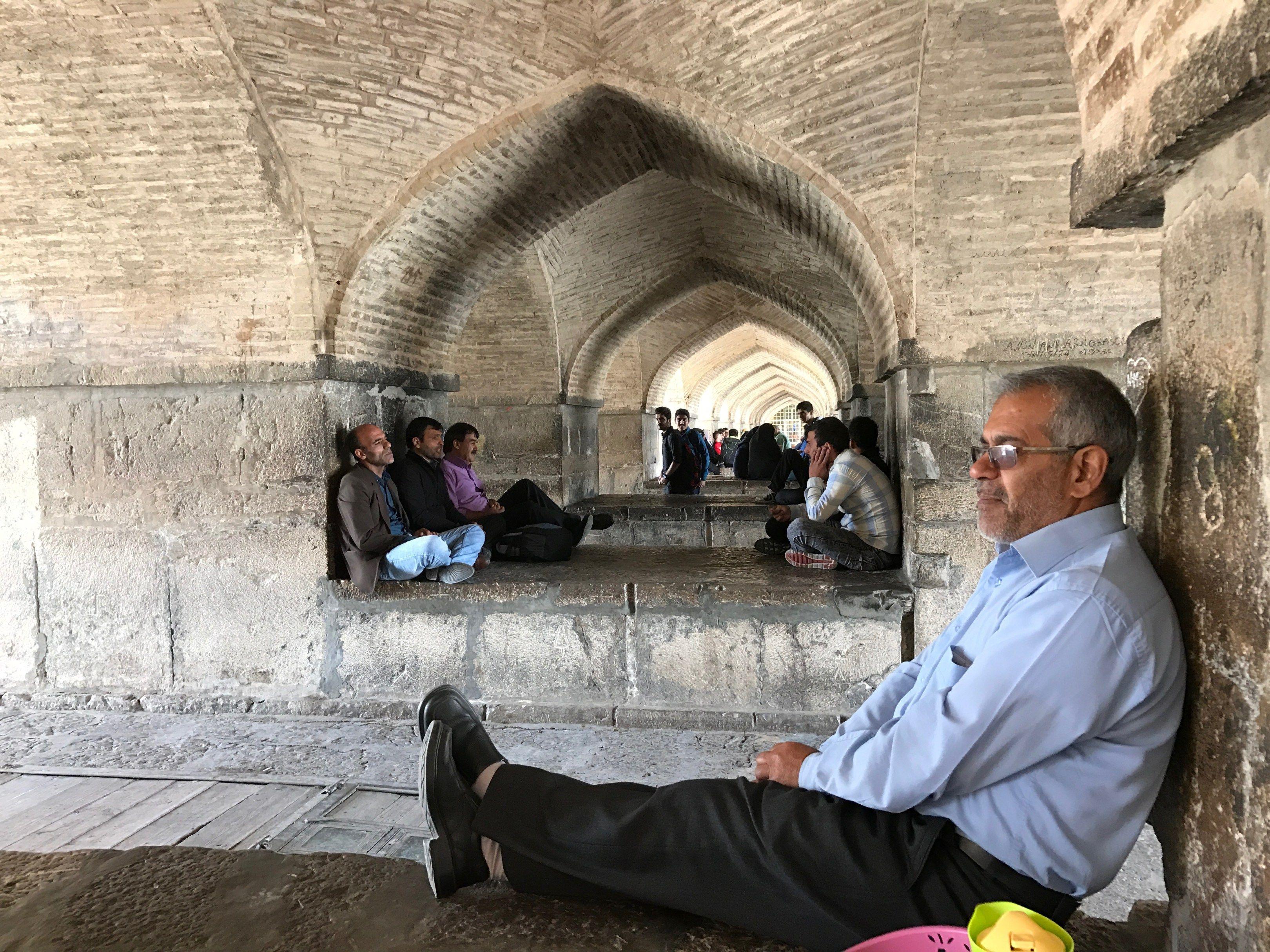 De syngende mænd under Khaju broen http://www.danishadventurer.dk/se-esfahans-flotte-broer-langs-floden/
