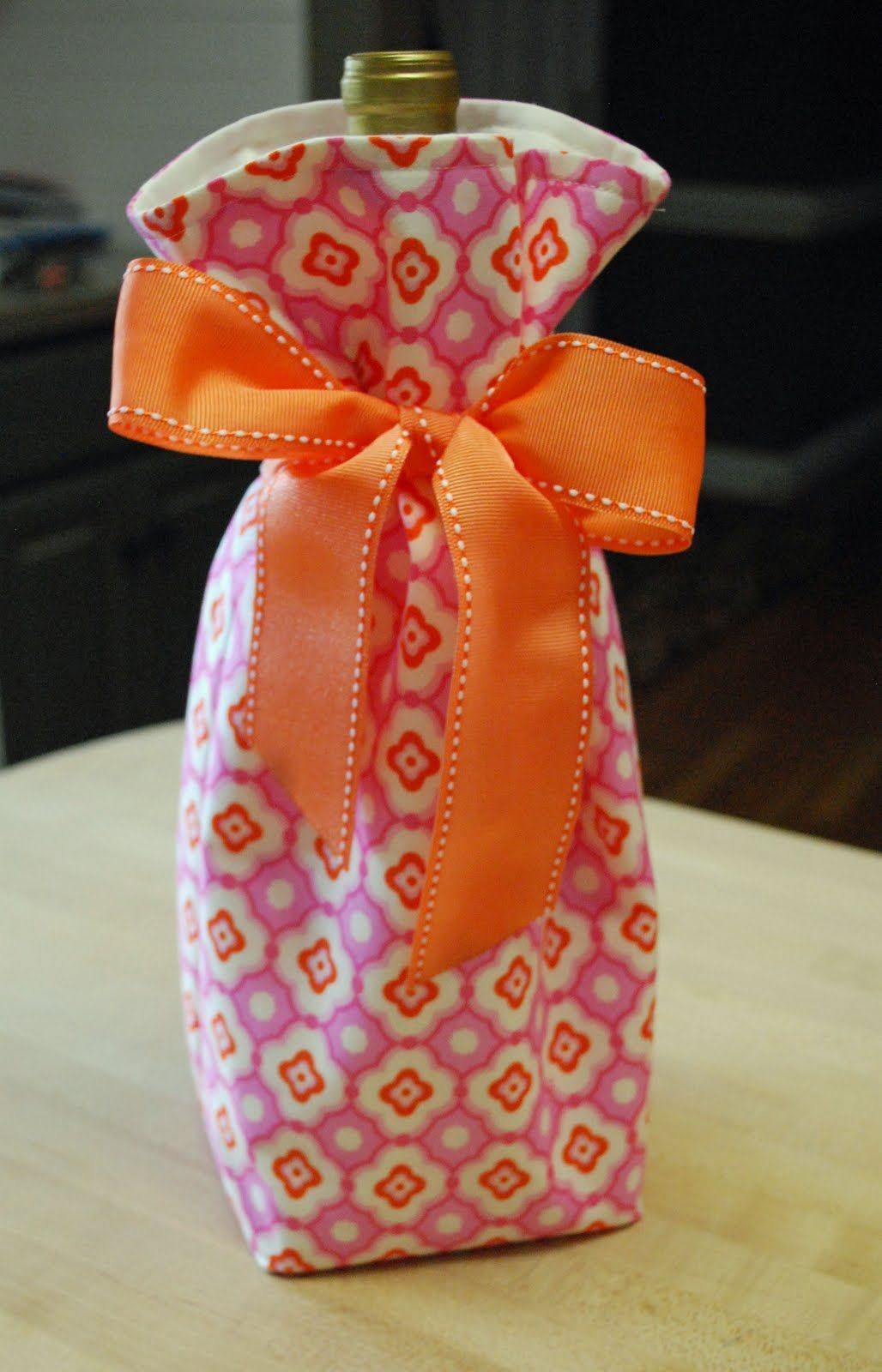 Okay Here It Is The Wine Bottle Bag Tutorial I Did It Pretty Quickly So I Hope There Are No Mistakes Wine Bag Pattern Wine Bottle Gift Bag Wine Bottle Bag