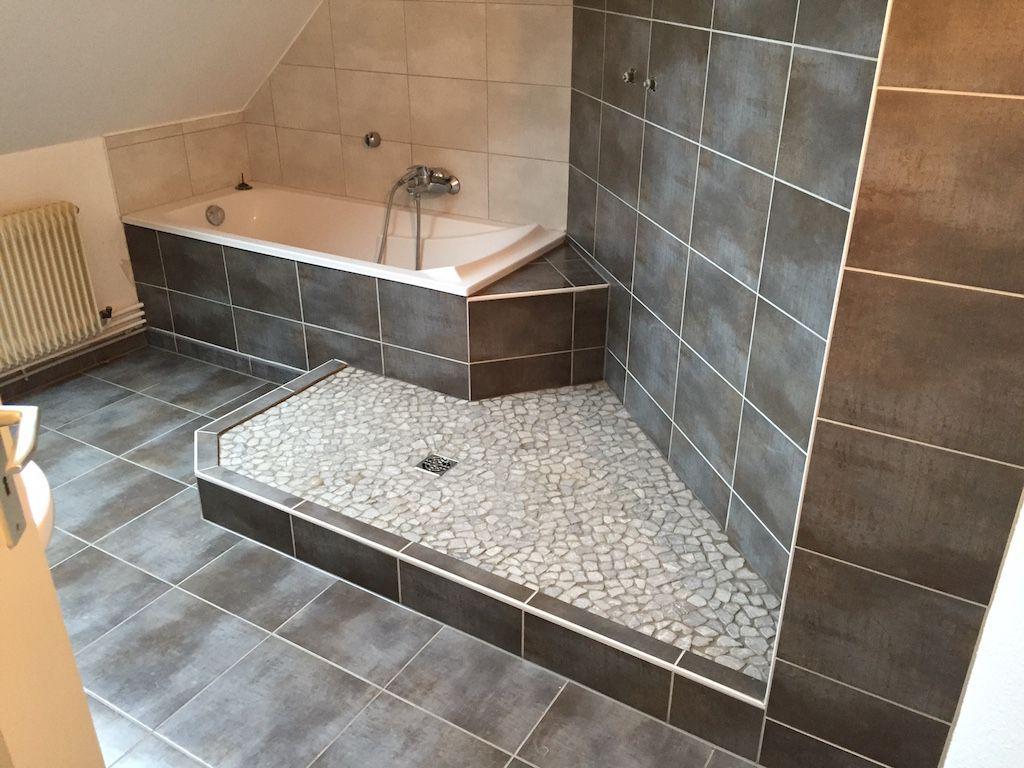 Une salle de bain originale combinant une douche à l\'italienne et ...