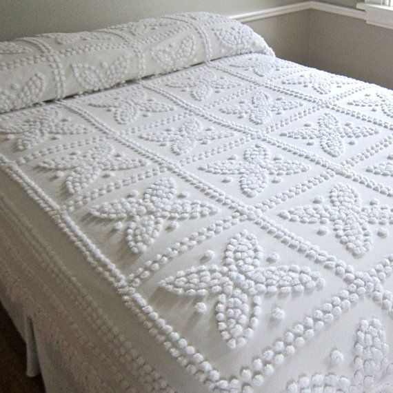 vintage chenille bedspread in snowy white with fringe maisons vintage dessus de lit et. Black Bedroom Furniture Sets. Home Design Ideas