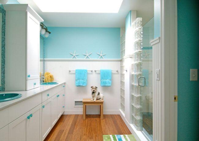 beste Farbe für Badezimmer -holzboden-hund-weiss-schraenke - farbe fürs badezimmer