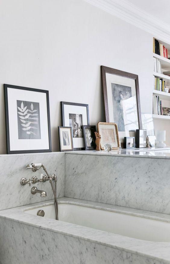 Les salles de bain en marbre  inspiration style Contemporain - salle de bain carrelage gris et blanc