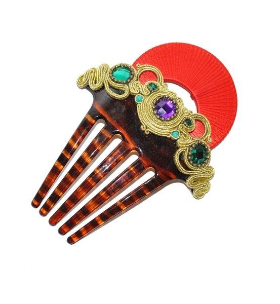 Peina de flamenca sobre base de carey chocolate en color rojo combinado con aplicaciones doradas y piedras facetadas en jade y malva.