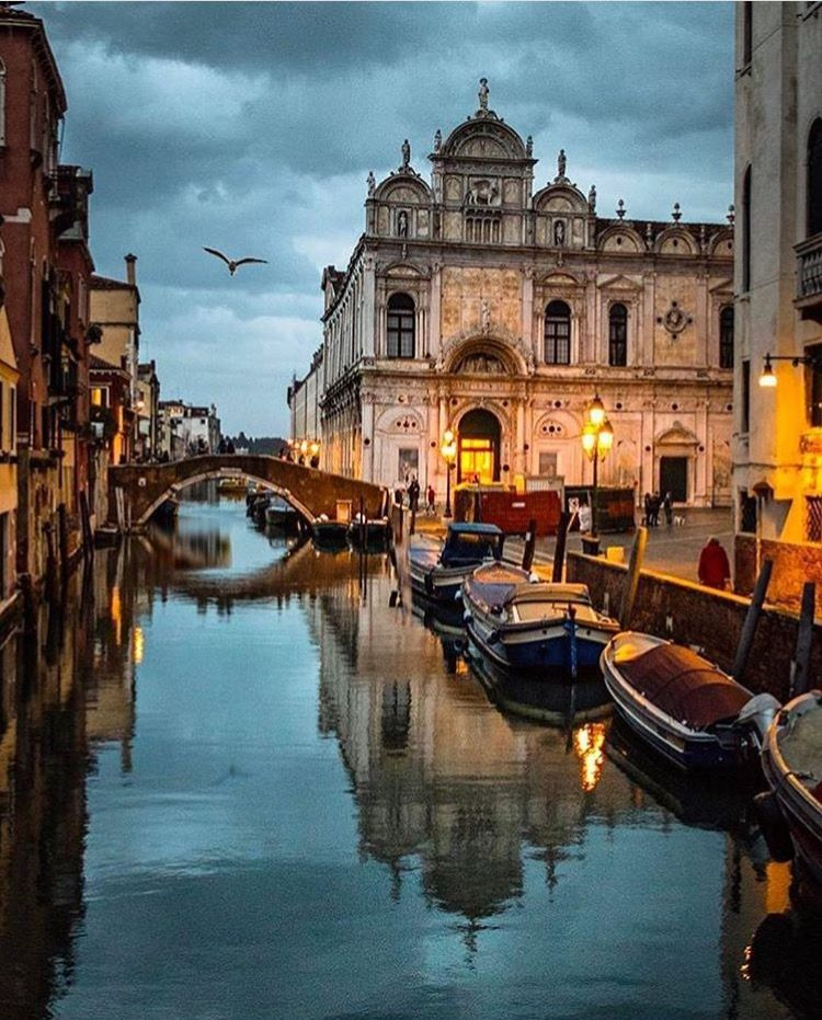Veneza, Itália, oh the little hard rolls and the best coffee, do you know how much we love to travel at Naughton Braun and that our travel inspires the creation of our pearl jewelry?