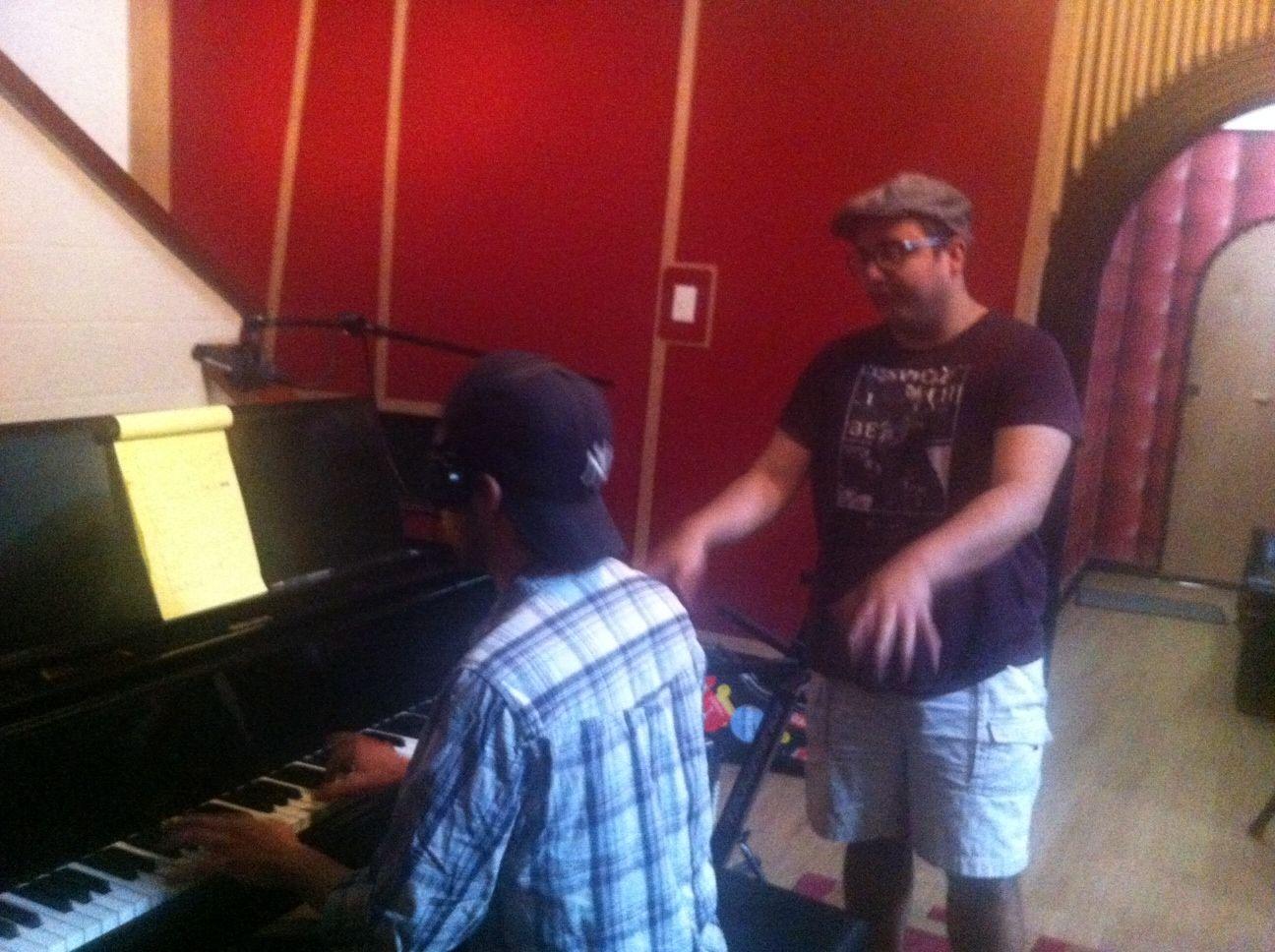Marro y Roberto Chachín haciendo pianos para el nuevo álbum.