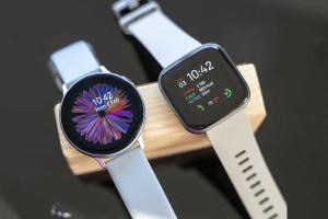 تعد Samsung Active 2 من سامسونج أحد الساعات الذكية الشائعة الموجودة ومن السهل معرفة السبب إنها نحيفة وأنيقة وتأتي مزودة بإ Smart Watch Samsung Galaxy Galaxy
