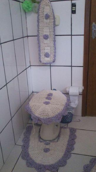 Um lindo jogo para banheiro em cru e roxo mesclado, seu bico grande arredondado dá um ar mais charmoso em seu banheiro!  Croche nunca sai de moda!!  linda peça  Feito manualmente em croche, materiais de otima qualidade  Dimensões:  tapete: 50x10  tapete do vaso:62x22  tampo do vaso 64x50  porta papel 25x45 R$ 154,00