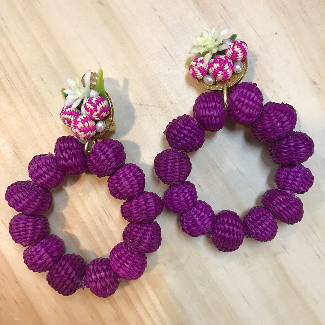 011840fb1f23 Estas candongas se llaman florecita poderosa. Están hechas a mano. Las  bolitas se tejen con delgadas fibras de palma de iraca.