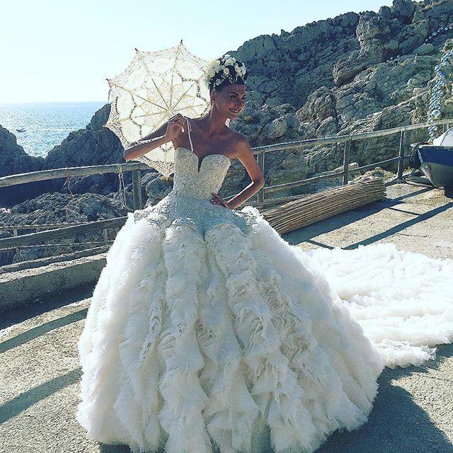 Diese Vogue-Redakteurin trug gleich vier Designer-Kleider zu ihrer ...