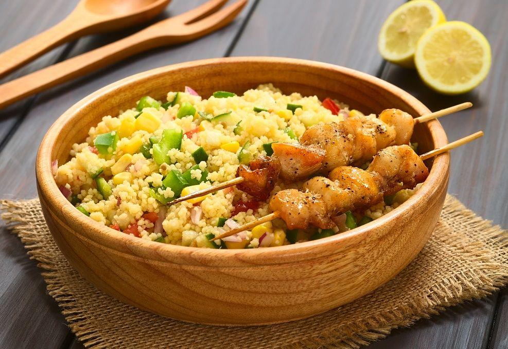 Couscous is heerlijk. Je kan het mengen met de groenten naar keuze of kruiden naar smaak. http://www.gezond.be/couscous-van-kip-kerrie-met-winterse-groenten/