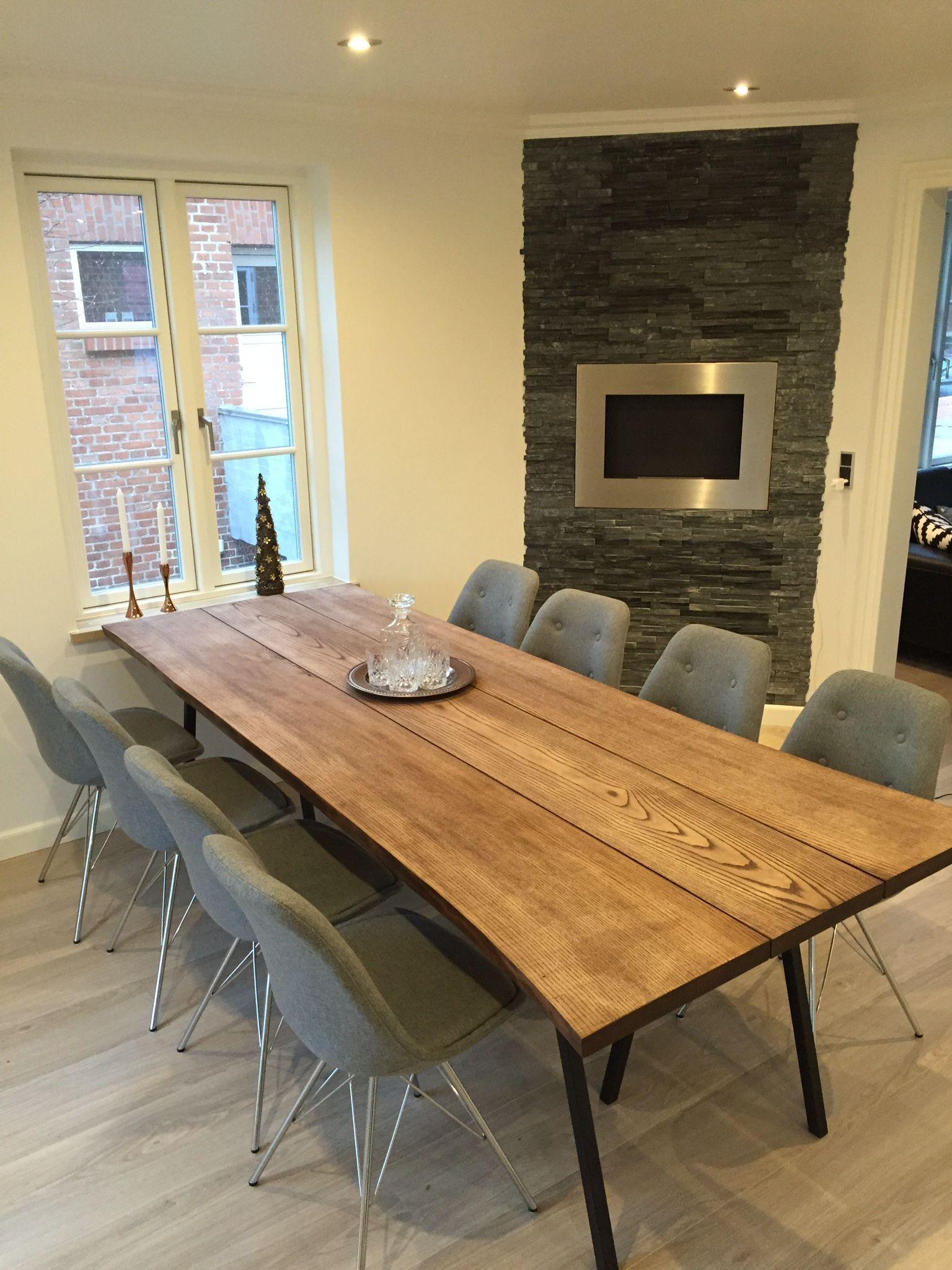 Spisebord i 3 planker i farven valn¸d Ask farvet med olie