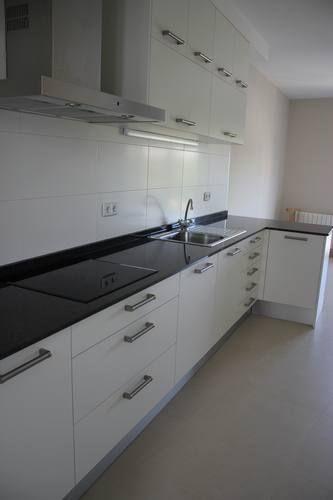 Diseno de cocinas dise o de cocinas en las rozas madrid for Encimera de cocina lacada en blanco negro