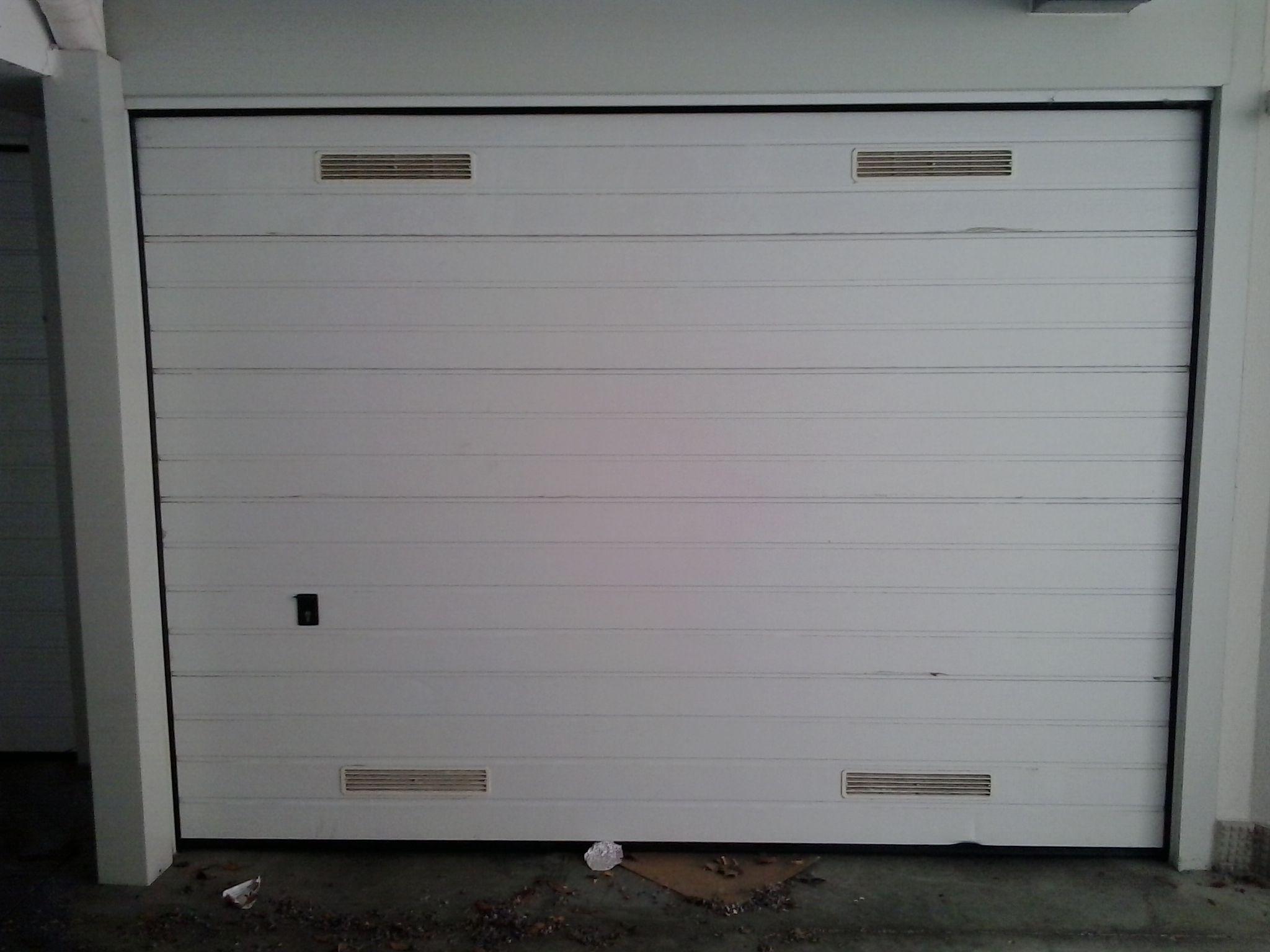Es una puerta de garaje seccional acanalada en blanco, puerta de ...