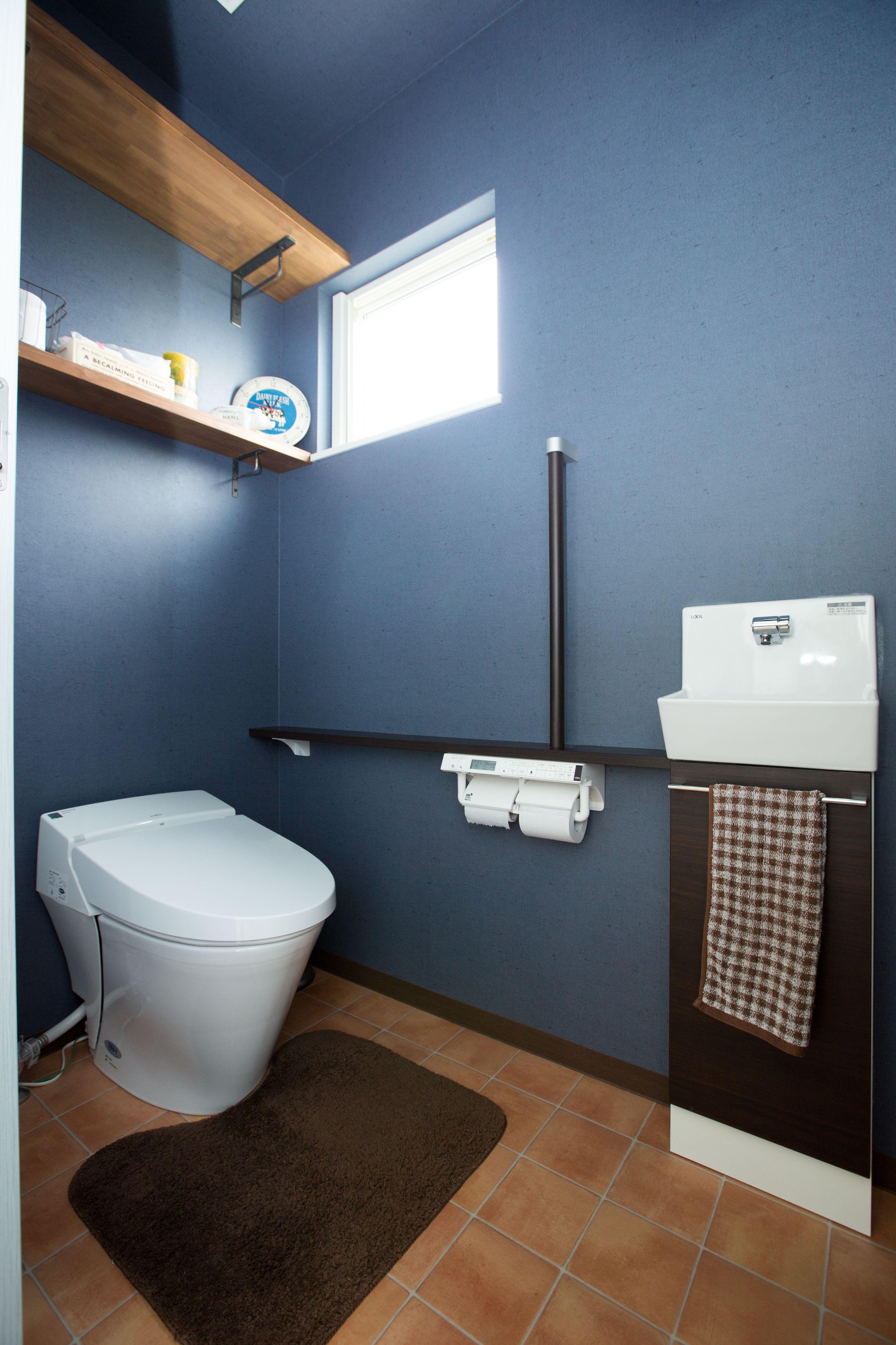 大きな窓の家 トイレのアイデア インディゴブルーのインテリア 造作