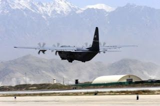 DEFENSA ASIÁTICA: AfganistánBagram C-130 airdrops de tripulación suministros guiados por GPS en el valle afgano