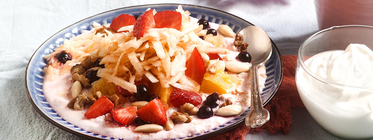 Γιαούρτι με φρούτα, βρώμη, μέλι και ξηρούς καρπούς