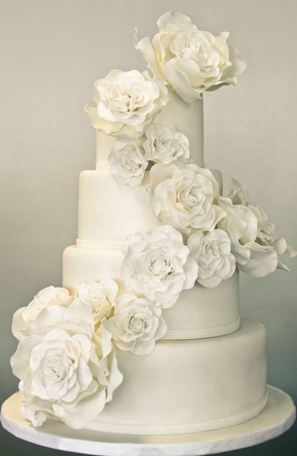 31 Exquisite All-White Wedding Cakes | Weddingomania Bridal Elegance ...