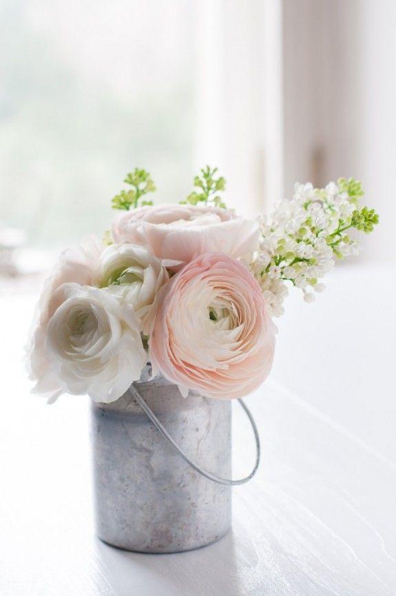 Eine kleine Milchkanne mit Blumen in pastelligen Farben passt ...