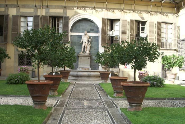 Palazzo medici riccardi florence the second courtyard for Tuscan courtyard landscaping