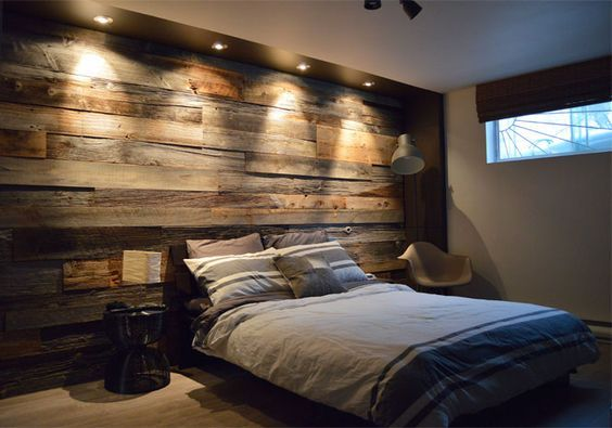Mur en bois de grange dans une chambre am nagements for Decoration de mur de chambre a coucher