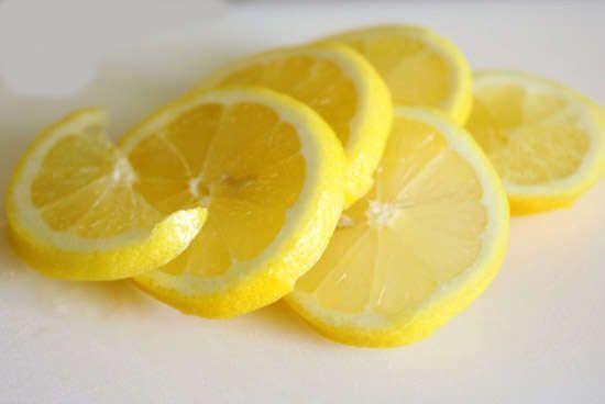 coupez des tranches de citrons
