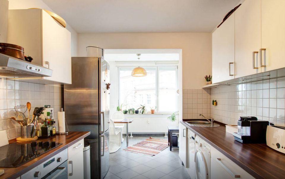 Schöne helle Frankfurter Küche mit moderner Ausstattung und ...