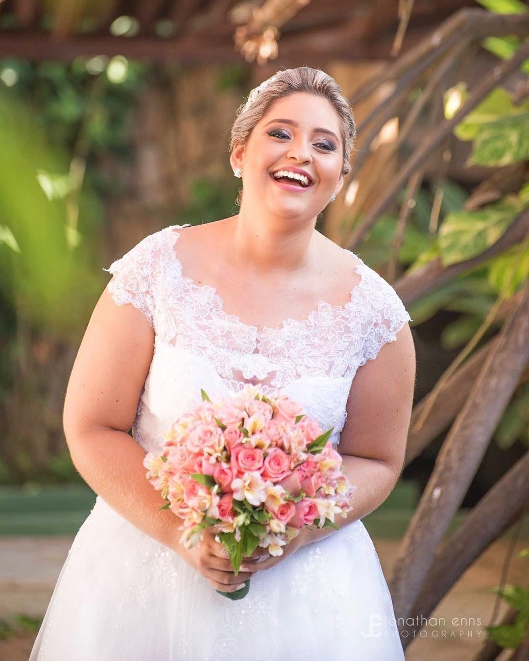 Lindo esse sorriso da Karine  #bride #justmarried #wedding #casamento #fotografodecasamento #weddingphotographer #fotografiadecasamento #weddingphotography #jonathanennsphototography http://gelinshop.com/ipost/1515998443024245206/?code=BUJ6I1EgWHW