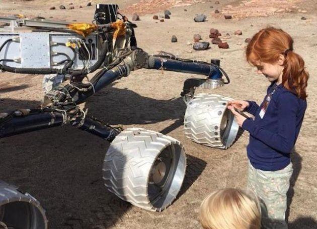 Una niña de ocho años con un rover