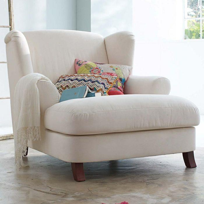 grand fauteuil blanc decore de coussins