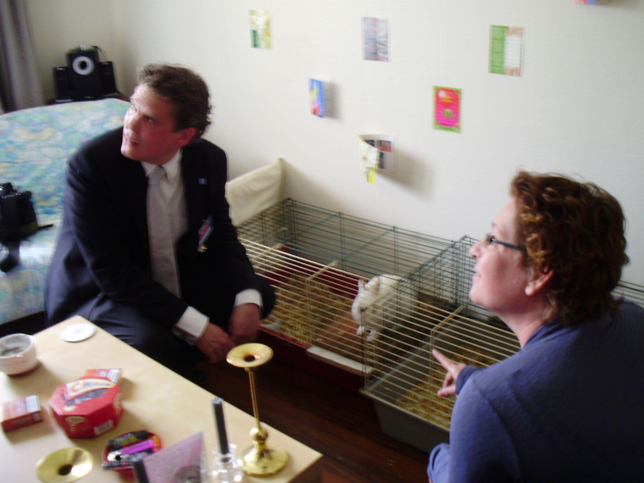 Bij RIBW mogen huisdieren gehouden worden, maar moeten ze wel eerst aantonen dat ze voor zichzelf kunnen zorgen voordat ze voor een dier mogen zorgen.
