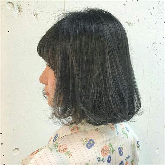 ネイビーアッシュの髪色に染めた女性のヘアカラーサンプル画像10