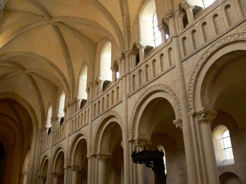 scenariusz normandzki: trzykondygnacyjna nawa główna z emporami w kościele Sainte Trinite w Caen; ostrołuki w sklepieniu zastąpiły wcześniejszy drewniany strop.