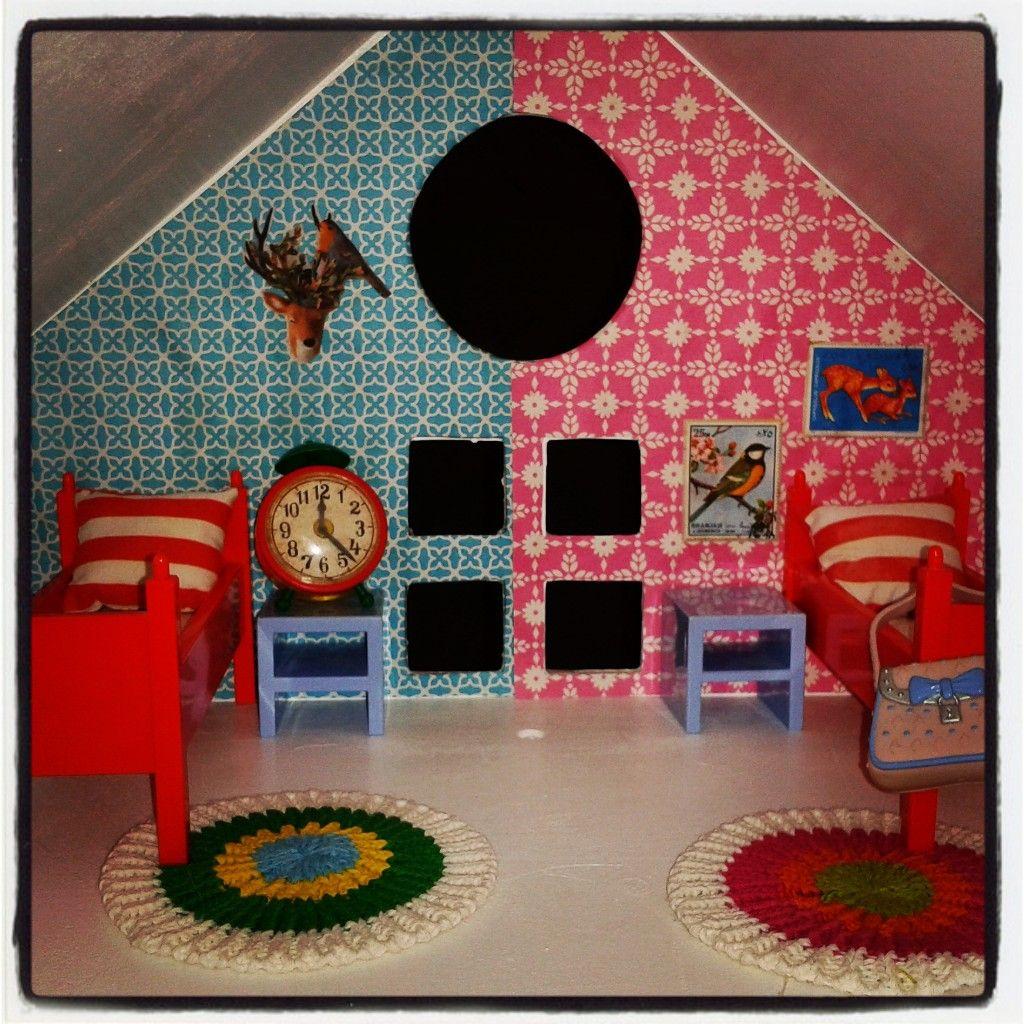 Poppenhuis doll house kamer jongen en meisje behang is papier van hema met schilderijtjes - Kamer meisje jongen ...