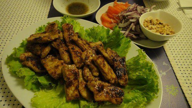 Carne marinada cambojana com limão e molho de pimenta preta