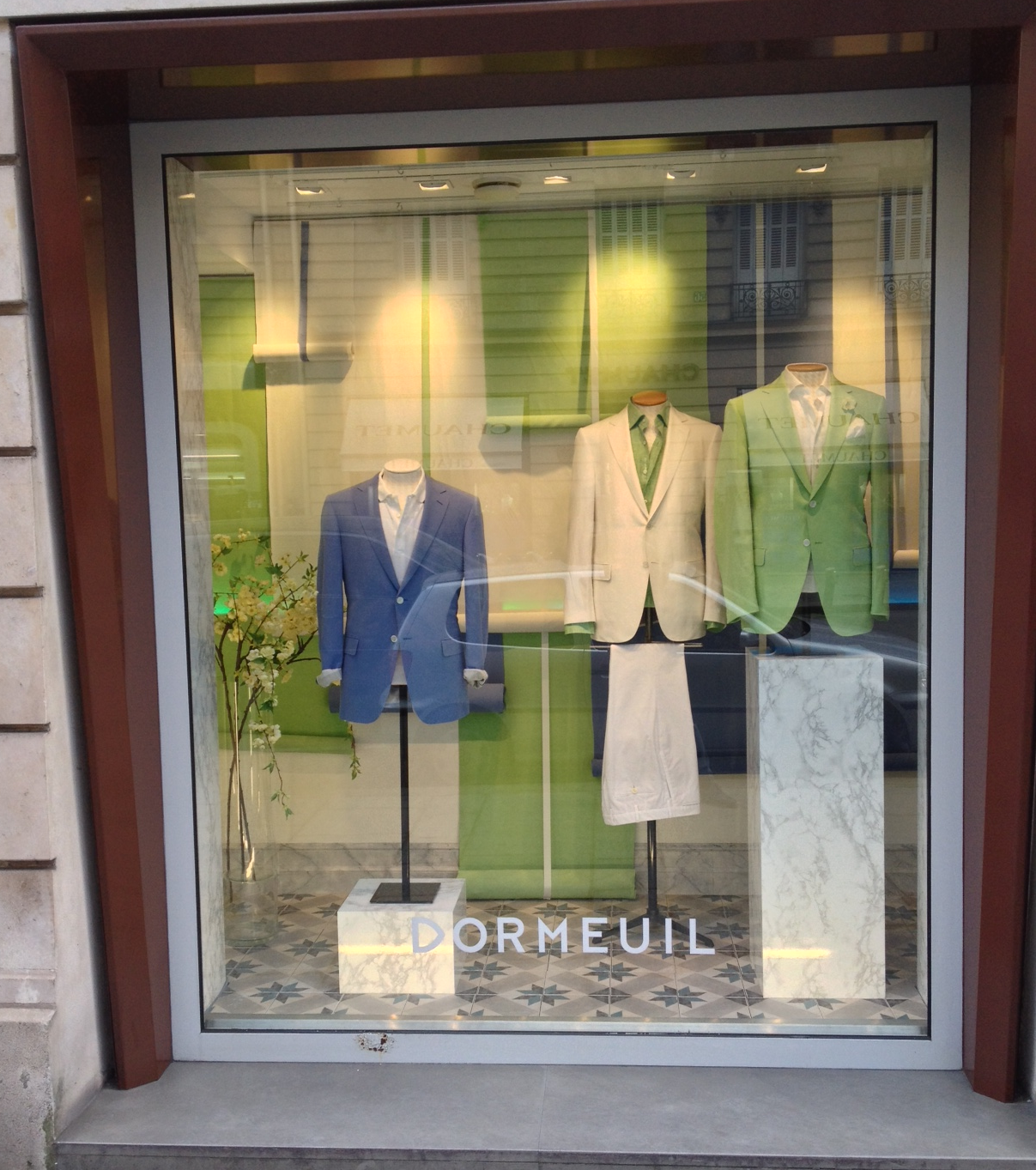 New shop window display in Rue François 1er #dormeuil #dormeuilmode #shopwindow #mensfashion #fashion #collection #spring #happymay #paris