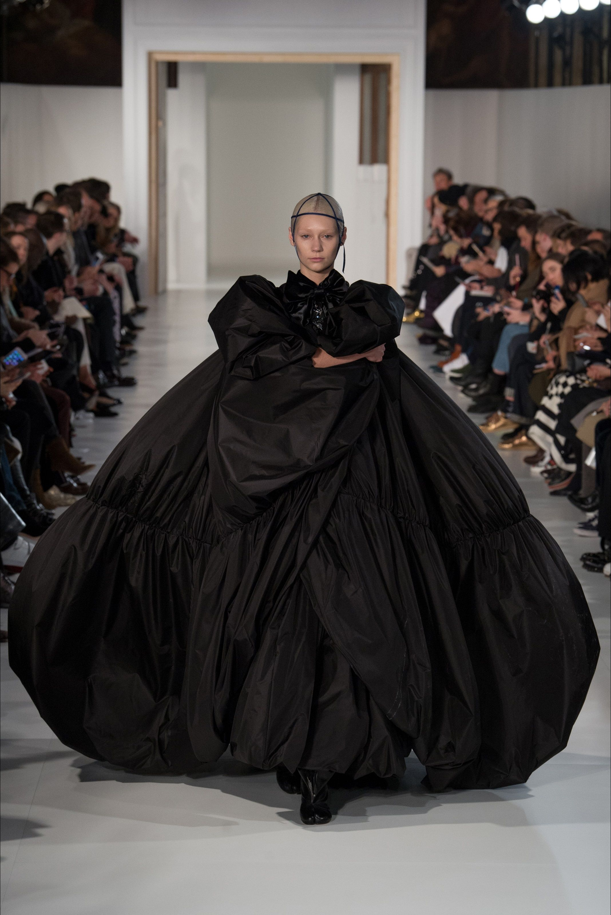 Guarda la sfilata di moda Maison Margiela a Parigi e scopri la collezione di abiti e accessori per la stagione Alta Moda Primavera Estate 2017.