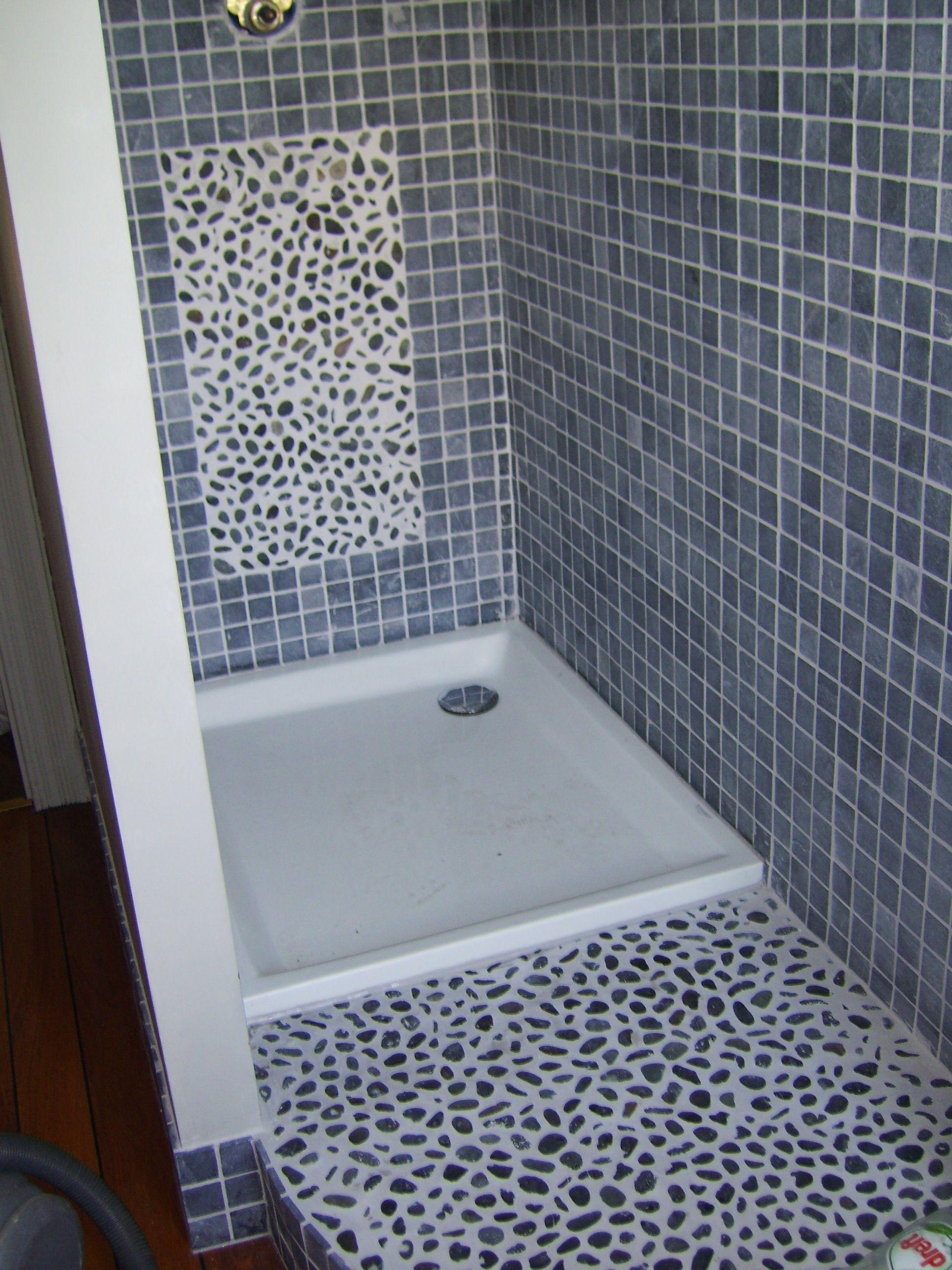 Salle de bain en galets au sol et mosa que de marbre 5x5 for Salle bain galet