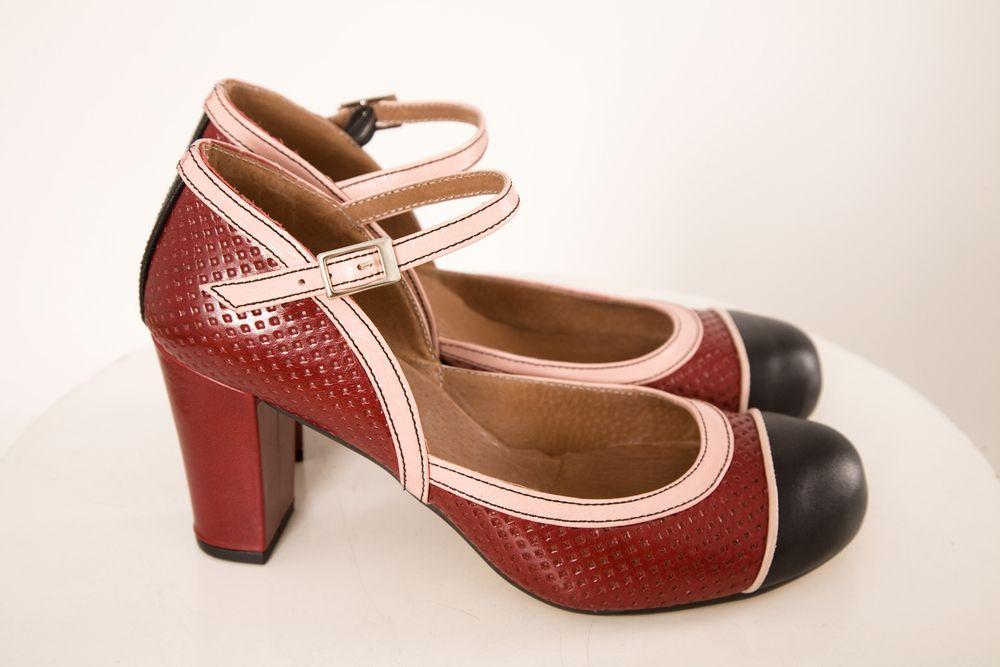 ZAPATO CEREZA Y NEGRO de tacón realizado en piel, ajustado a la altura del empeine. Altura de tacón: 6,5 cm - 7 cm.Consejo: estos zapatos dan más talla de lo normal,  por lo que es mejor coger un número menos al que habitualmente se usa. Por ejemplo, si usas normalmente un 38, es mejor elegir un 37.