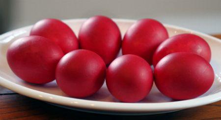 Красьте вином пасхальные яйца