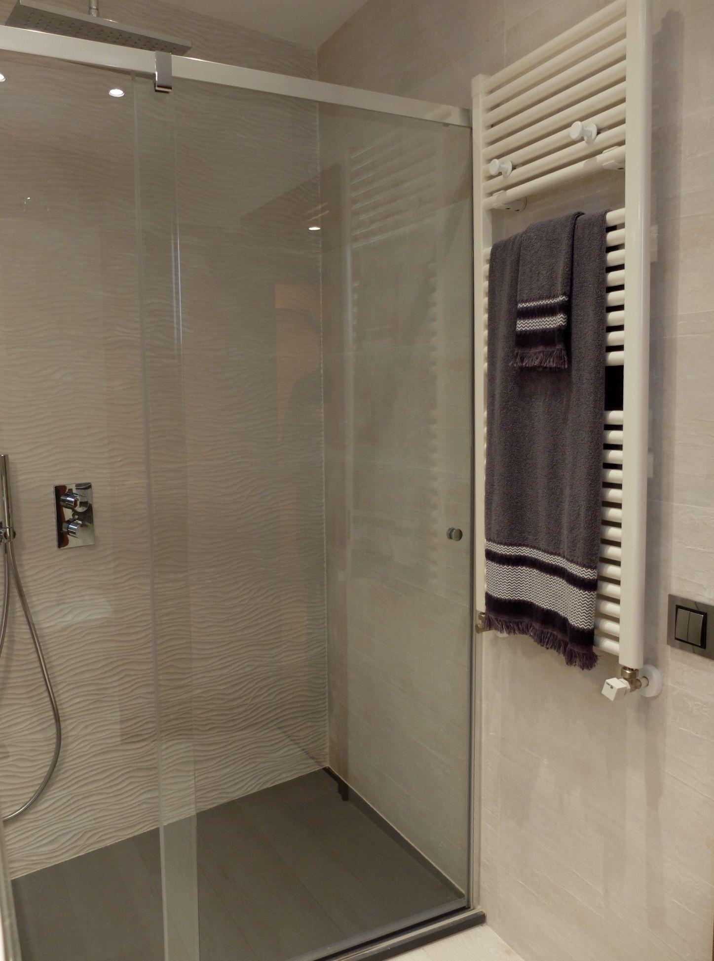 Reforma de ba o ducha y radiador toallero por for Cuartos de bano modernos con ducha