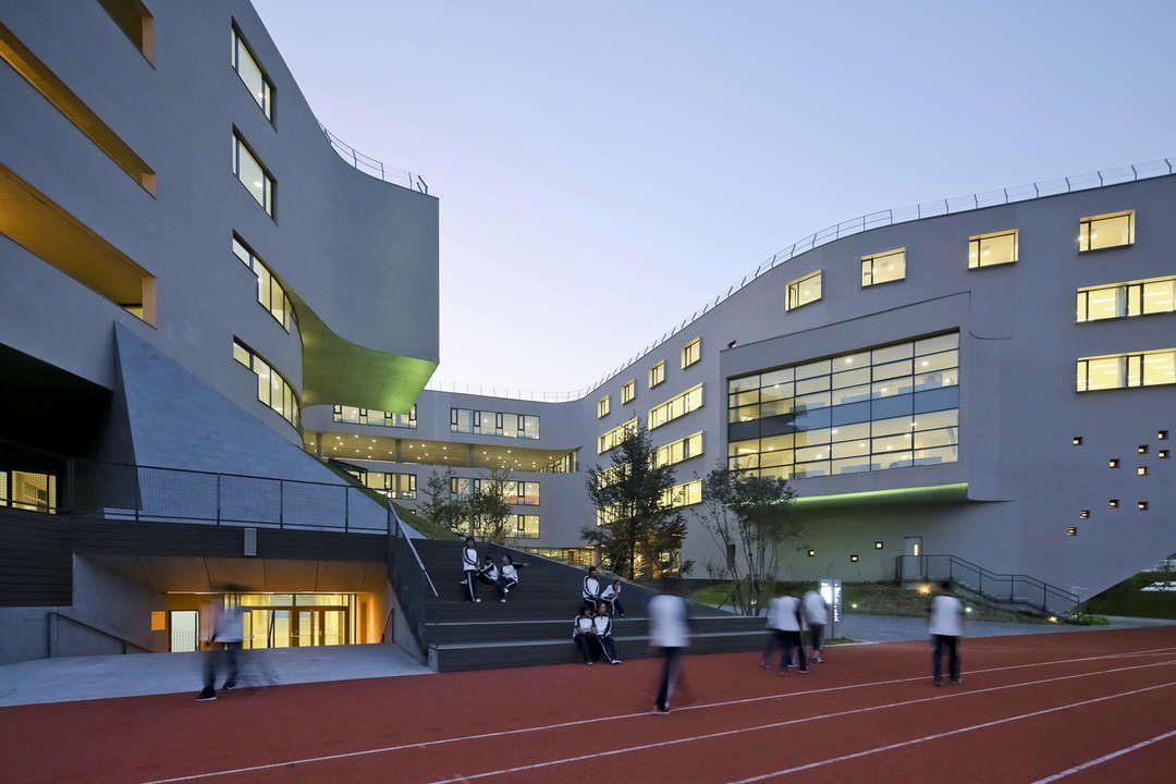 Situated in the center of a new town just outside Beijing's southwest fifth ring road, this new public school on 4.5 hectares of land is designed as the bran...