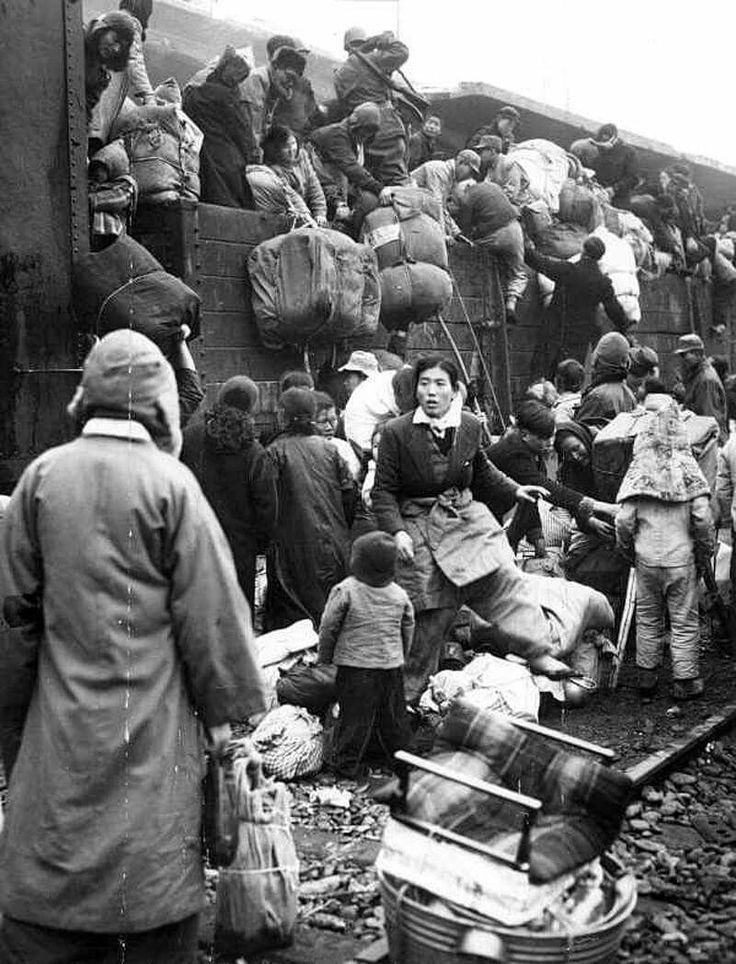 6.25중 Refugees desperate to  escape from the war front, moving south by any means possible