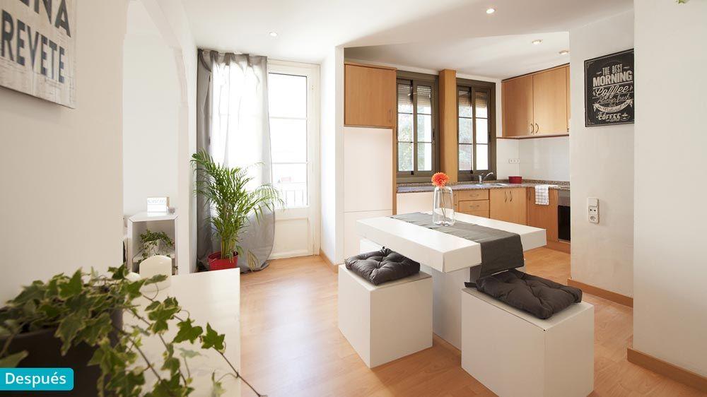 Cocina con comedor con mobiliario de cartón y accesorios de ...