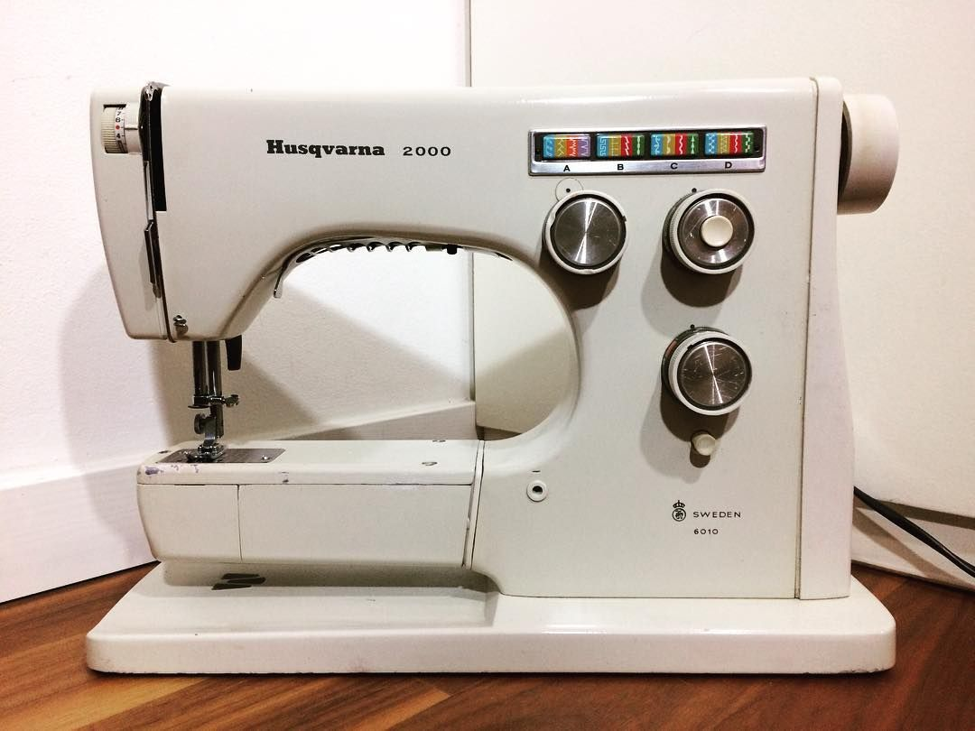 Here is another great vintage Husqvarna aka Viking sewing machine. This one  is called 2000, model 6010. Do you like the vintage machines?