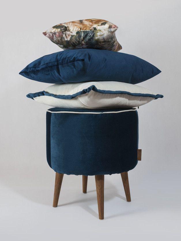 Moderner Hocker in dunklem Blau mit Holzbeinen fürs
